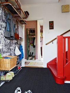 Segue o mesmo padrão do anterior, com destaque para o papel de parede e a cor da escada.
