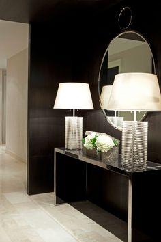 Elegante, preto com espelho e luminárias sobre o aparador